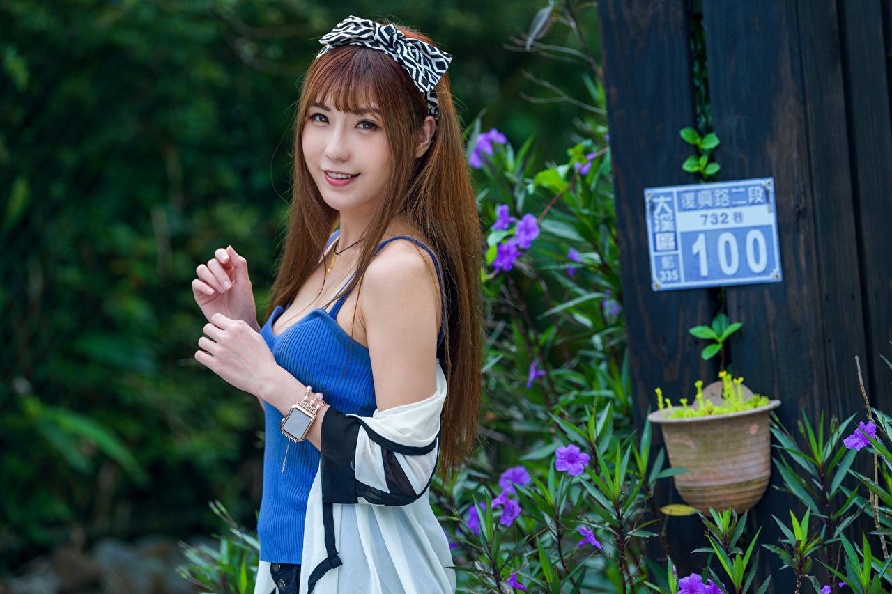 Bilder Braunhaarige Lächeln junge Frauen Asiaten Unterhemd Hand Blick Braune Haare Mädchens junge frau Asiatische asiatisches Starren