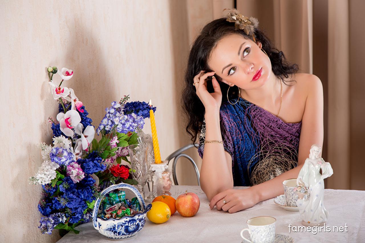 Foto Katie Famegirls Brünette Sträuße Bonbon Mädchens Orange Frucht Äpfel Zitrone Tisch Kerzen Sitzend Blumensträuße Apfelsine junge frau junge Frauen Zitronen sitzt sitzen