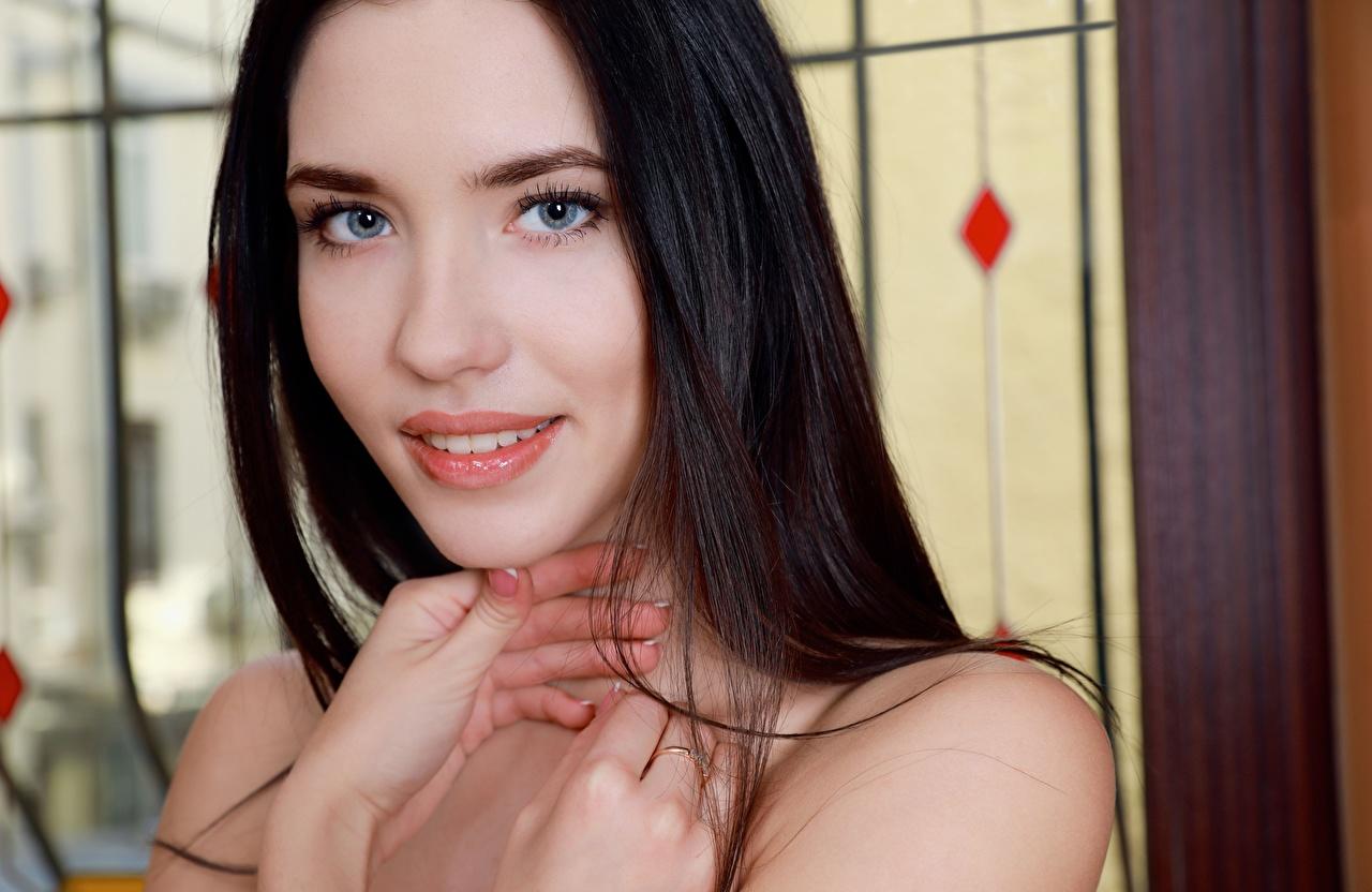 Foto Brünette Lächeln Süß Mädchens Hand Finger Blick nett niedlich Starren