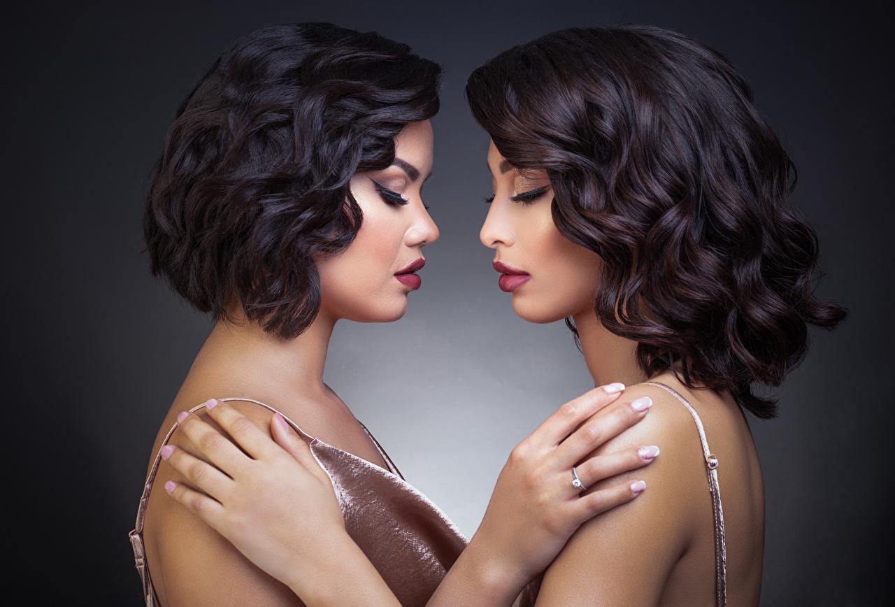 Fotos von Brünette Model Make Up 2 umarmen Mädchens Hand Schminke Zwei umarmt Umarmung junge frau junge Frauen