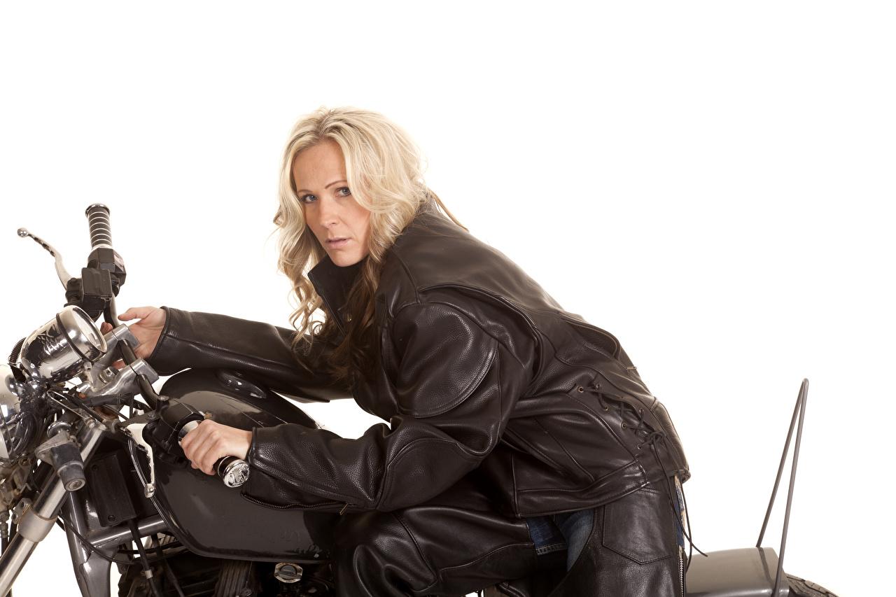 Foto Blondine Jacke Mädchens Motorradfahrer Blick Weißer hintergrund Blond Mädchen Starren