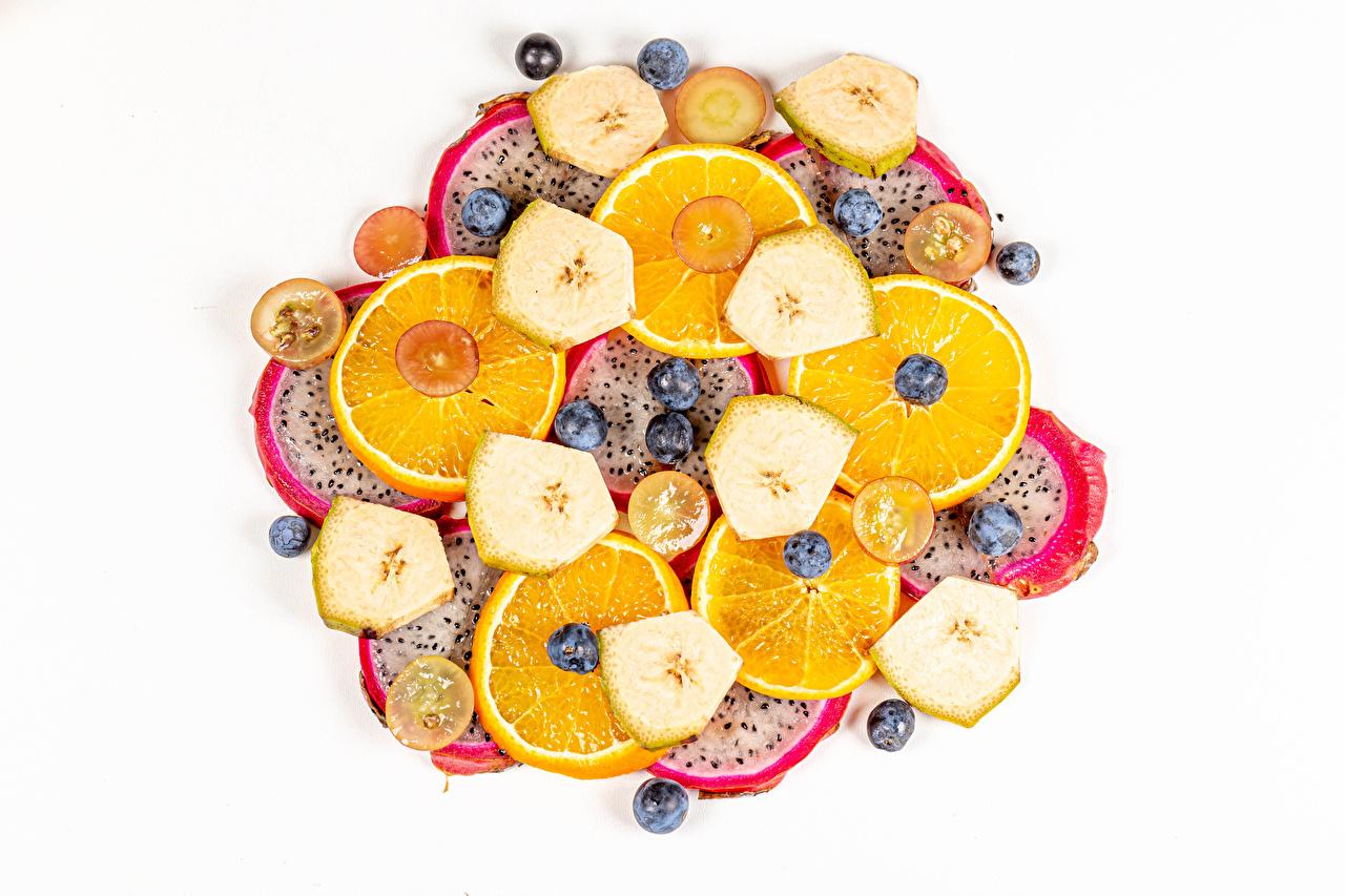 Foto's pitahaya Sinaasappel Bananen Bosbessen spijs Gesneden voedsel Witte achtergrond Pitaja Voedsel