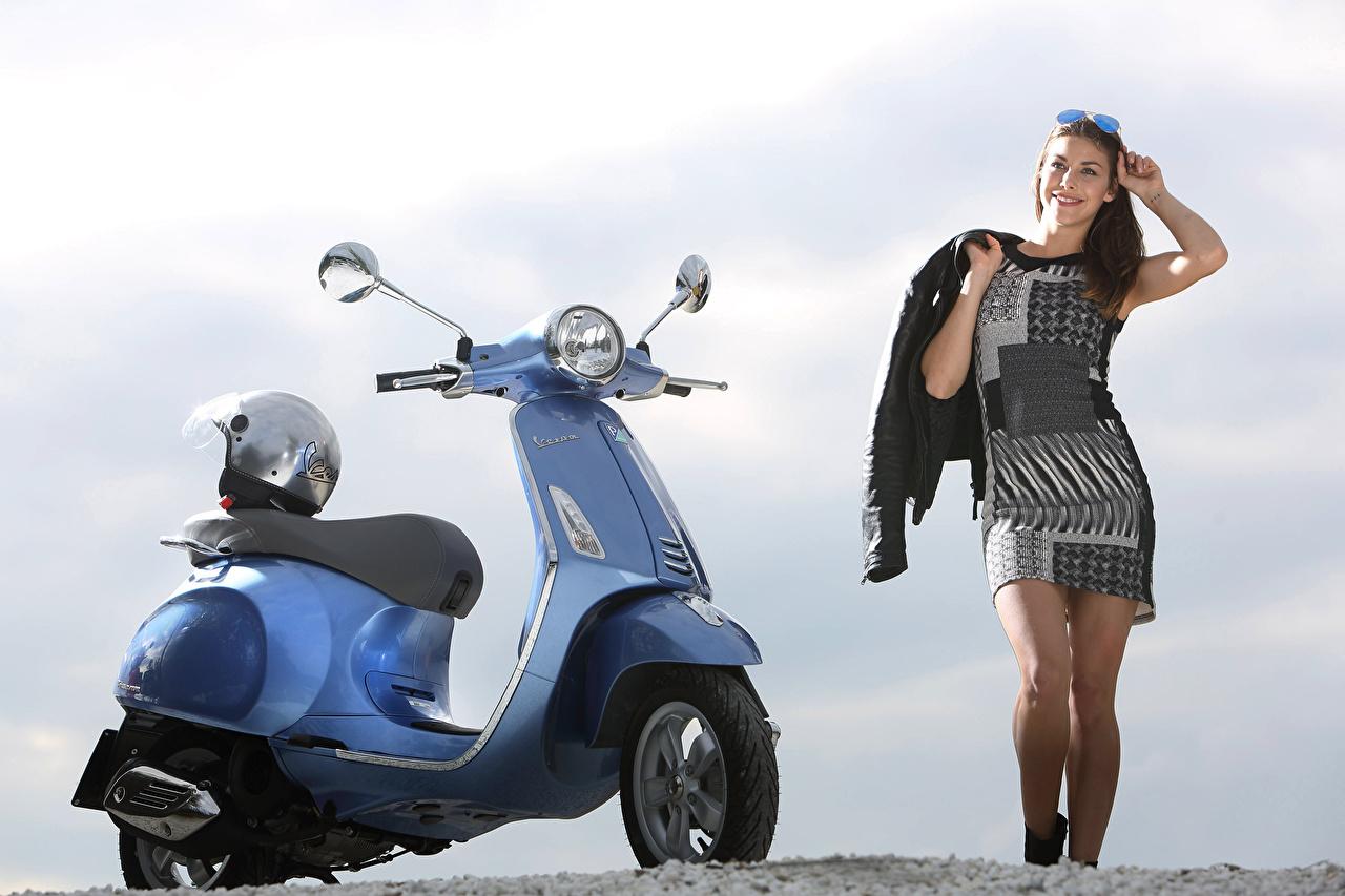 Desktop Hintergrundbilder Motorroller Helm junge frau Motorräder Motorrad Mädchens junge Frauen