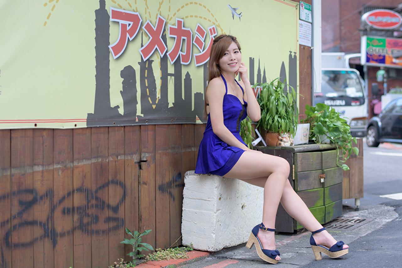Fotos Braunhaarige Lächeln Mädchens Bein Hand sitzen Kleid High Heels Braune Haare junge frau junge Frauen sitzt Sitzend Stöckelschuh