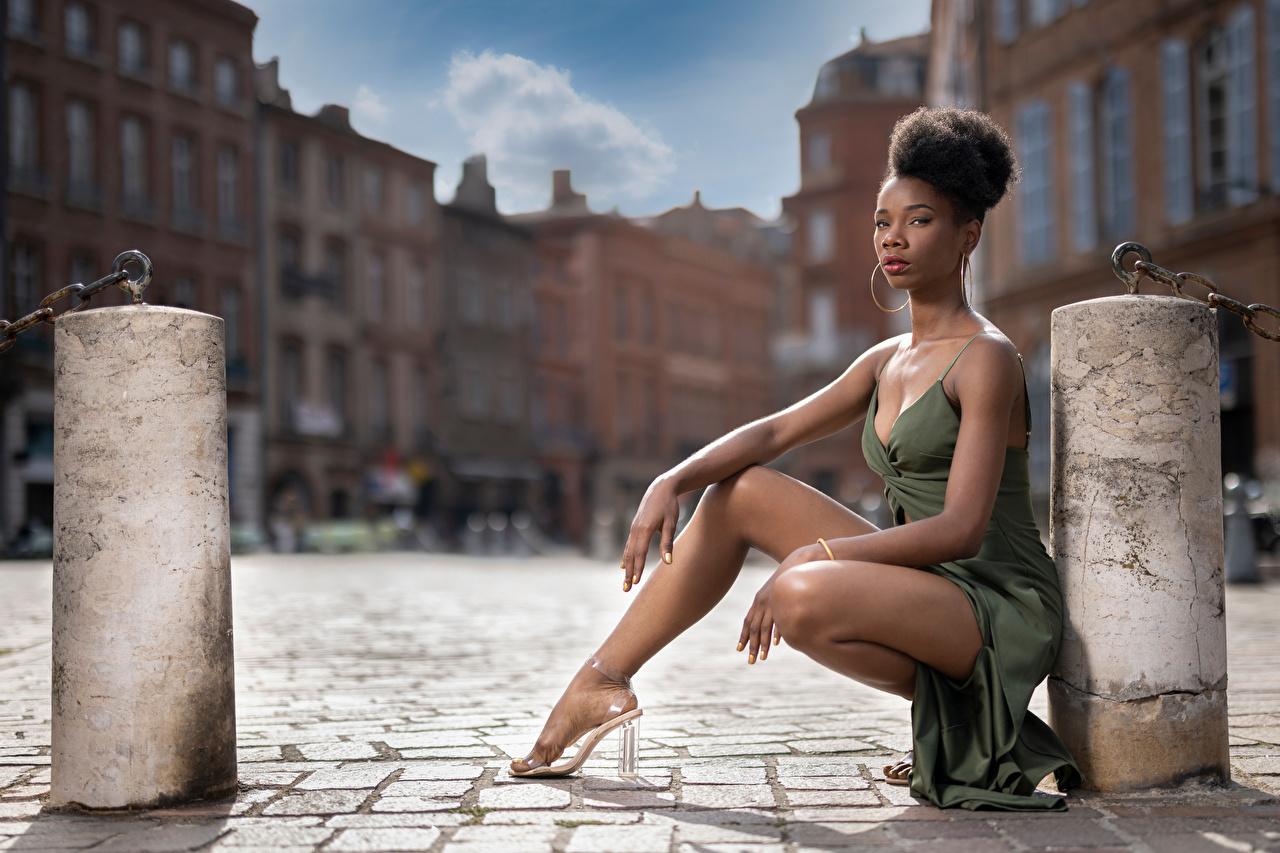 Bilder Mary posiert Neger junge frau Bein Sitzend Starren Kleid Pose Mädchens junge Frauen sitzt sitzen Blick