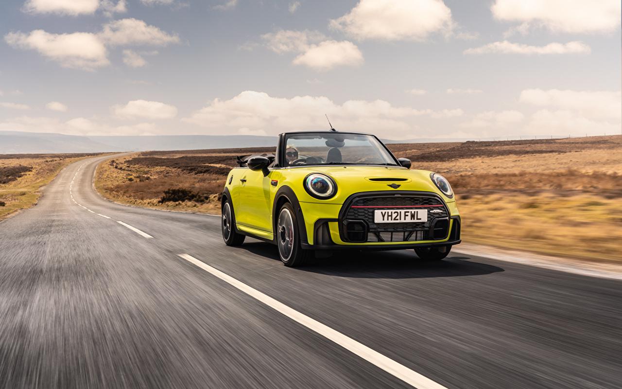 Bilder på skrivbordet Mini John Cooper Works Cabrio, (UK-spec), (F57), 2021 Cabriolet gul grön vägar Rörelse bil Metallisk öppen bil Ljusgrön Väg går Bilar automobil