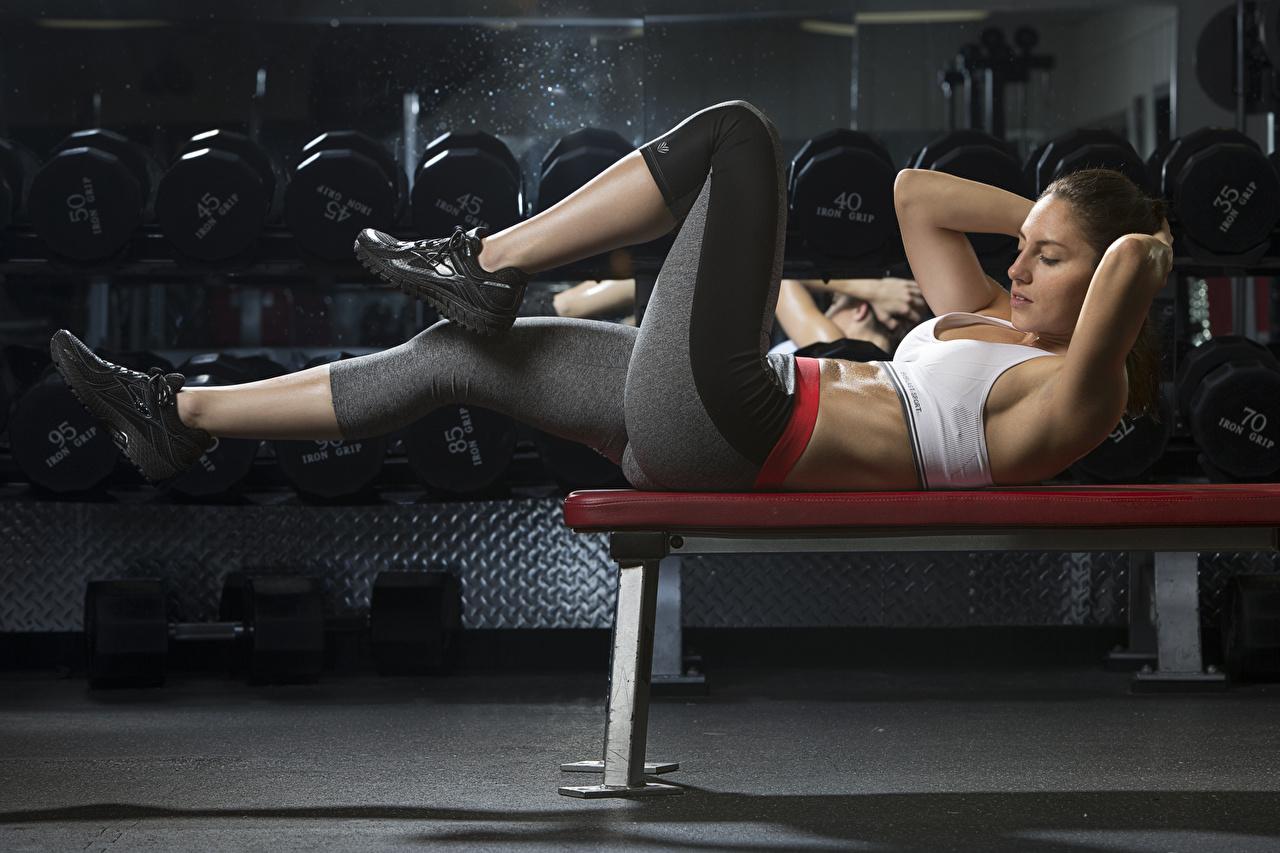 Foto Körperliche Aktivität Liegen Fitness Sport Mädchens Bein Hand Uniform Bank (Möbel) Trainieren Liegt ruhen hinlegen junge frau sportliches junge Frauen