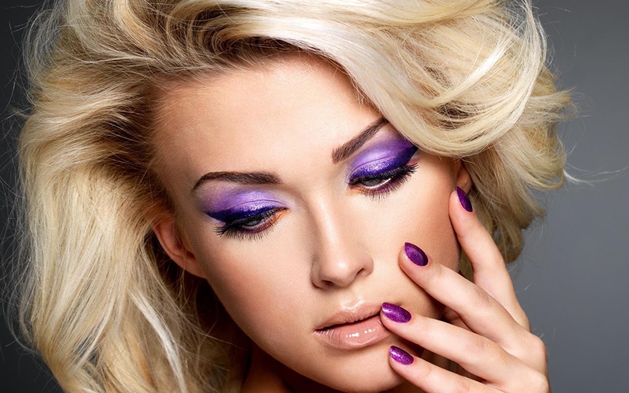 Fotos von Blond Mädchen Maniküre Make Up Gesicht Mädchens Finger hautnah Blondine Schminke junge frau junge Frauen Nahaufnahme Großansicht