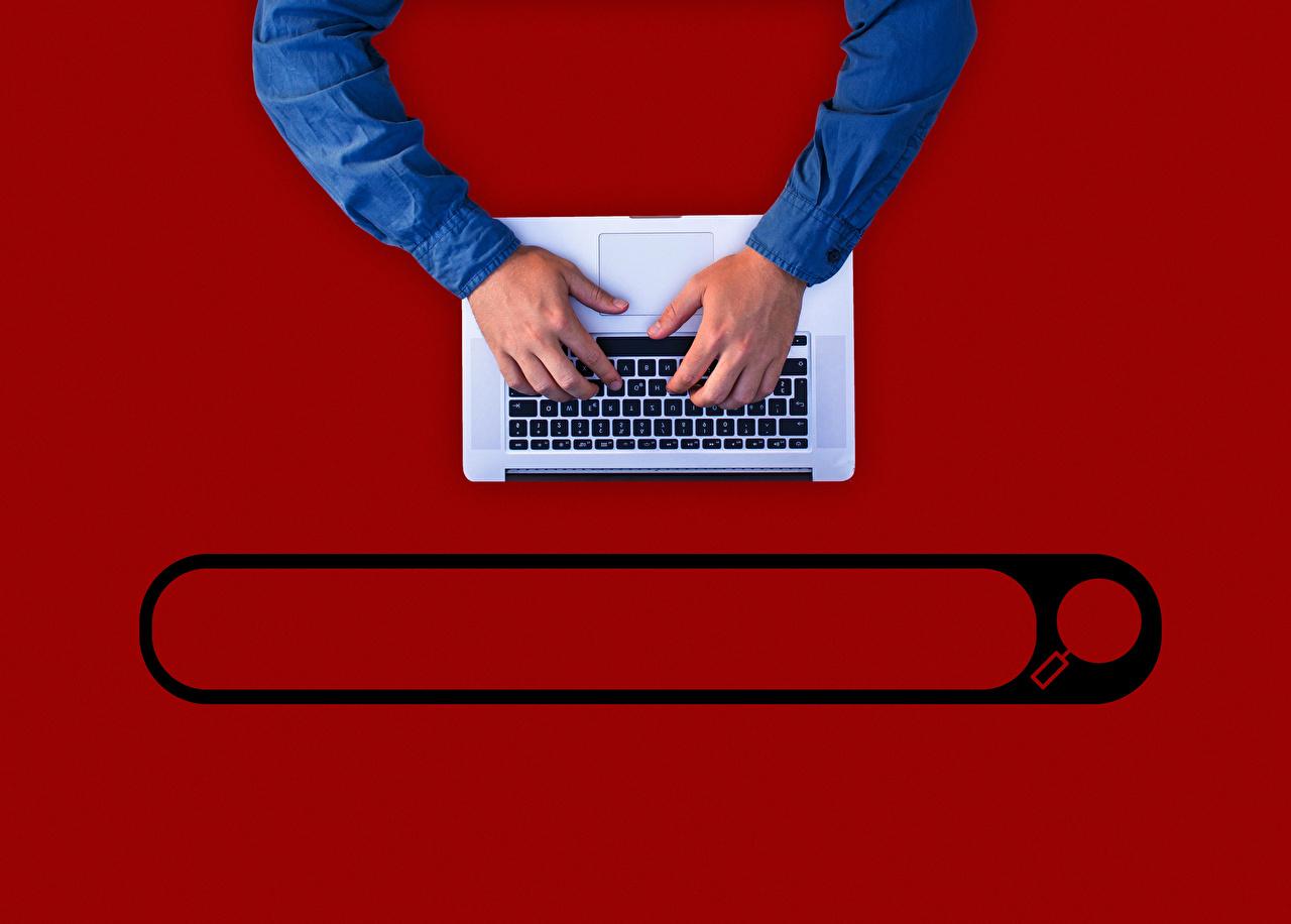 Fotos Tastatur Notebook Hand Roter Hintergrund