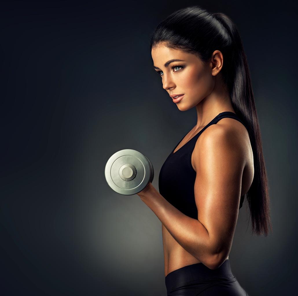 Bilder junge frau Brünette hübscher Fitness Sport Model Hantel Hand Blick Mädchens junge Frauen Schön schöne hübsch hübsche schöner schönes Hanteln sportliches Starren