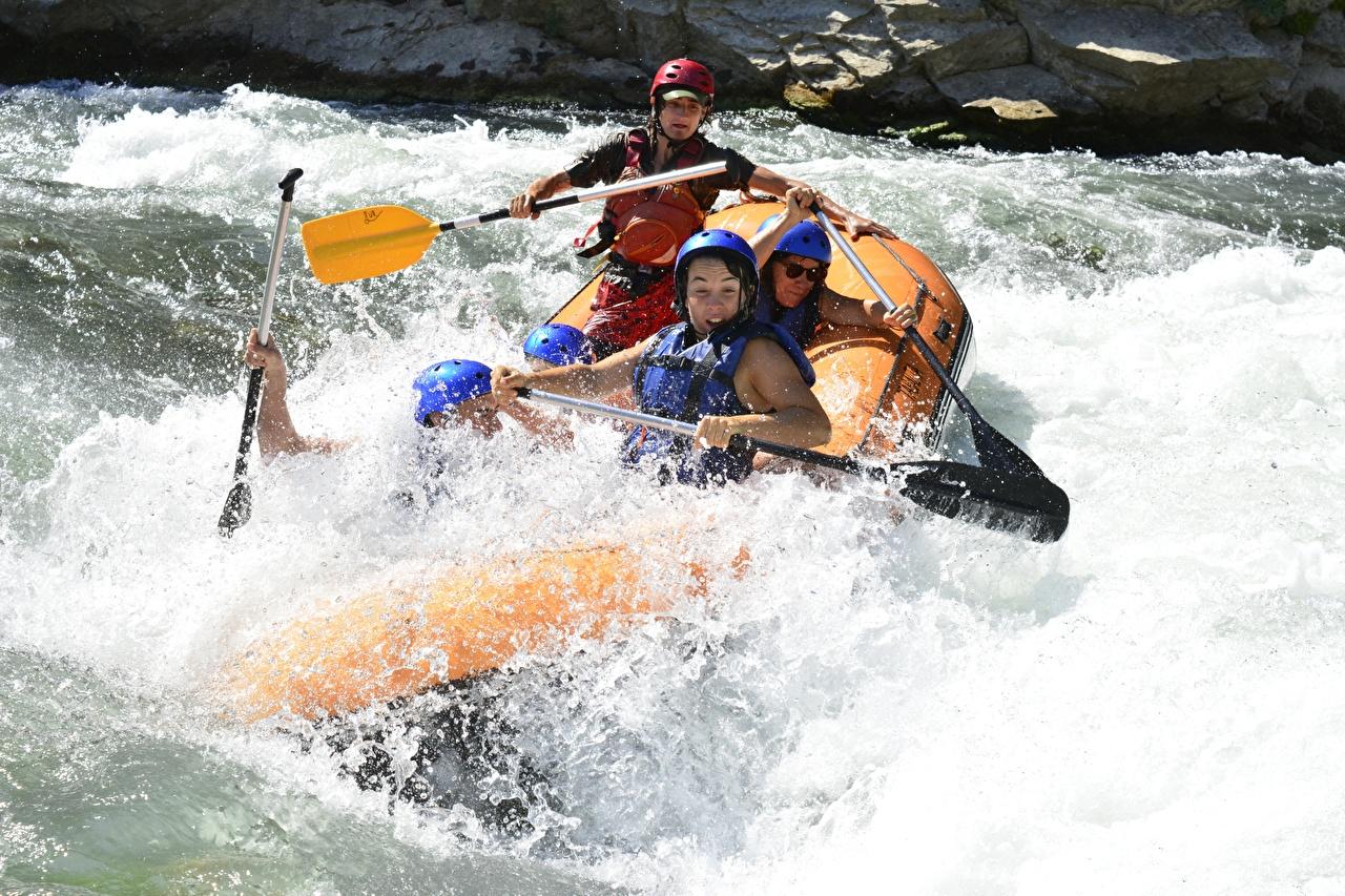Fotos von Helm Rafting Sport spritzwasser Boot Flusse sportliches Wasser spritzt Fluss