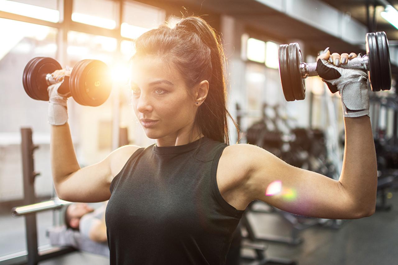 Bilder von Körperliche Aktivität unscharfer Hintergrund Hanteln Mädchens sportliches Hand Starren Trainieren Bokeh Sport Hantel junge frau junge Frauen Blick