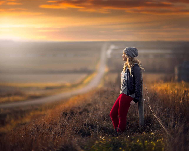 ,日出和日落,道路,金发女孩,保暖帽,草,年輕女性,女孩,