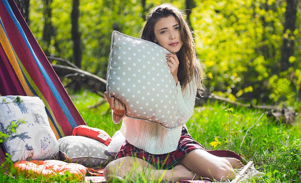Fotos von Mila Azul Braunhaarige unscharfer Hintergrund junge Frauen Sweatshirt Gras sitzen Kissen Starren Braune Haare Bokeh Mädchens junge frau sitzt Sitzend Blick