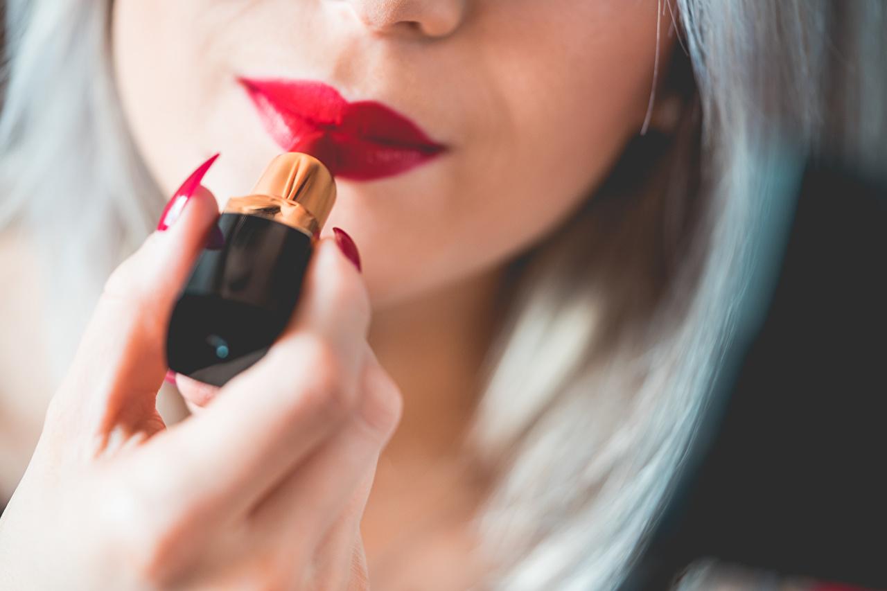 Foto Blond Mädchen Maniküre Lippenstift unscharfer Hintergrund junge frau Hand Finger Rote Lippen Blondine Bokeh Mädchens junge Frauen