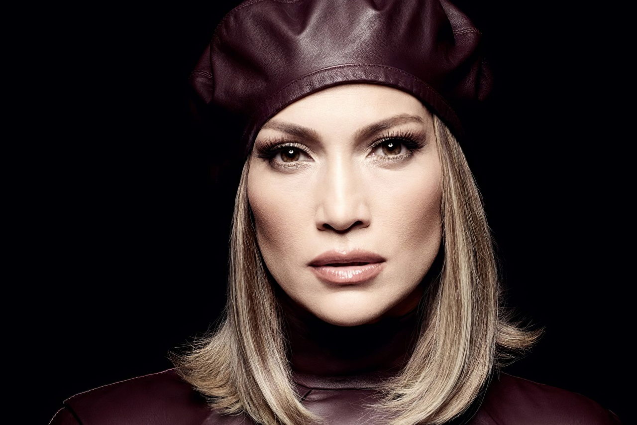 Bilder Jennifer Lopez Dunkelbraun Barett Mädchens Starren Prominente Schwarzer Hintergrund junge frau junge Frauen Blick
