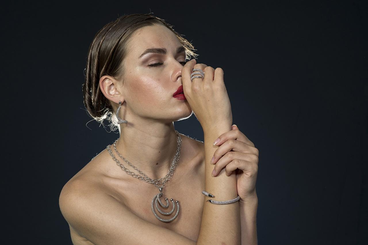 Desktop Hintergrundbilder Braune Haare Halsketten junge Frauen Ring Hand Ohrring Schmuck Braunhaarige Halskette Mädchens junge frau Schmuck Ring