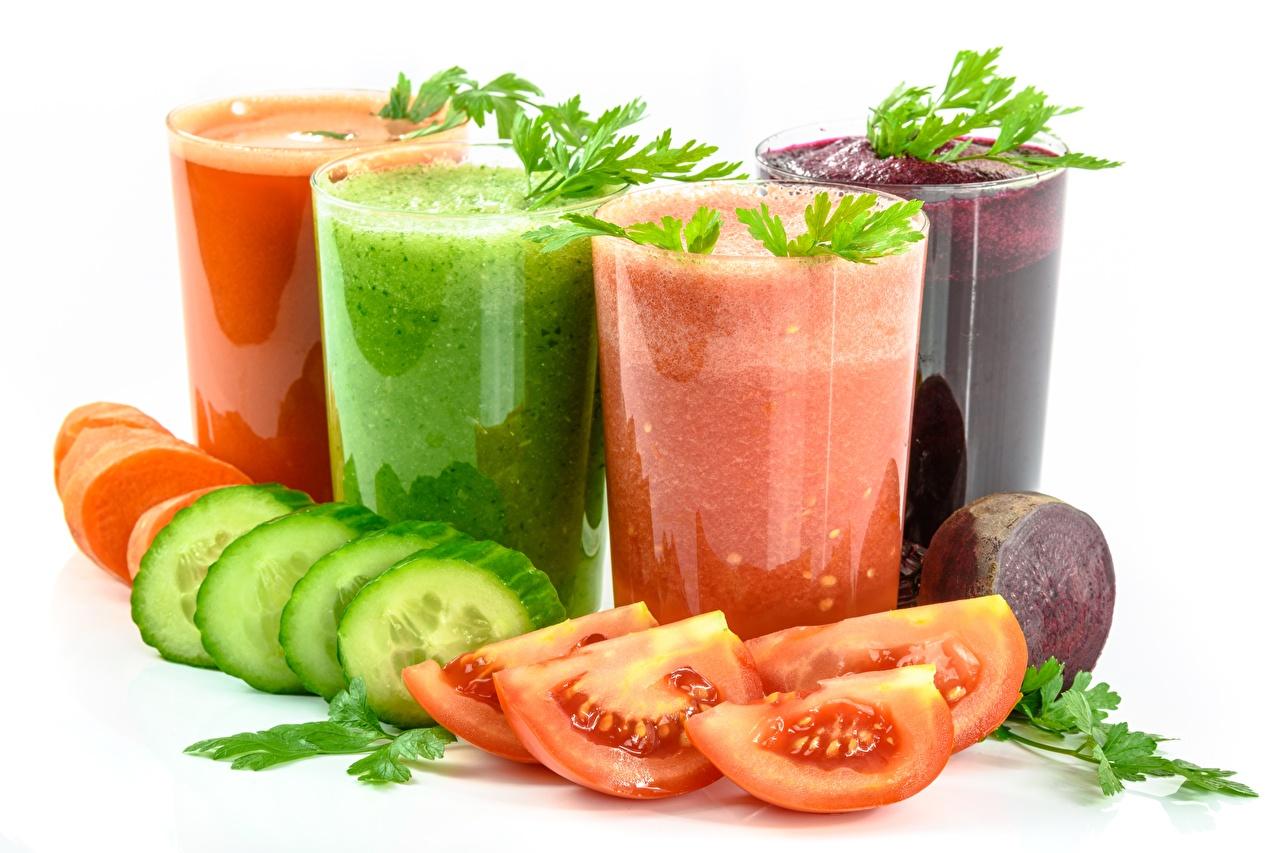 Desktop Hintergrundbilder Smoothie Gurke Tomate Fruchtsaft Trinkglas geschnittene Lebensmittel Weißer hintergrund Saft Tomaten das Essen Geschnitten geschnittenes