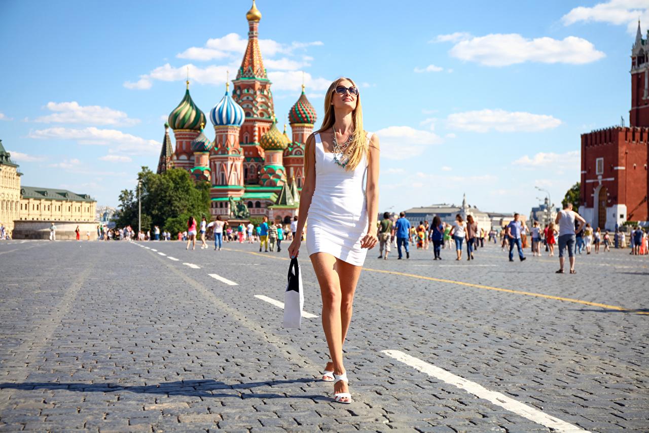 Fotos von Moskau Russland Blond Mädchen Platz Red Square geht Mädchens Bein Hand Brille Handtasche Kleid Blondine gehen Wanderung junge frau Spaziergang junge Frauen