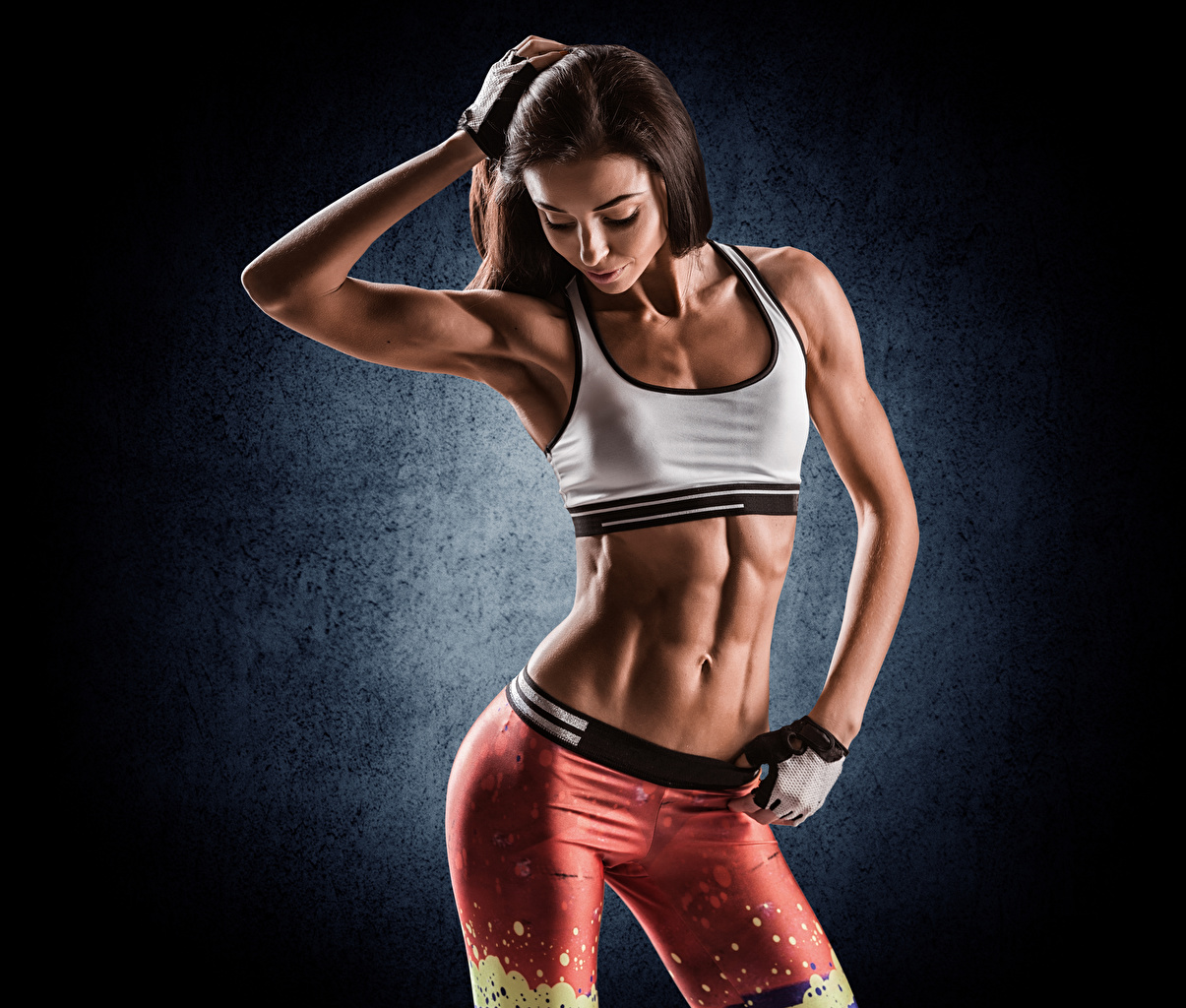 Fotos von Braune Haare Fitness Sport Mädchens Hand Bauch Braunhaarige
