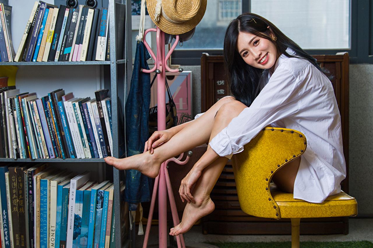 Фотографии Брюнетка Улыбка рубашки девушка ног Азиаты сидя смотрит брюнетки брюнеток улыбается рубашке Рубашка Девушки молодая женщина молодые женщины Ноги азиатки азиатка Сидит сидящие Взгляд смотрят
