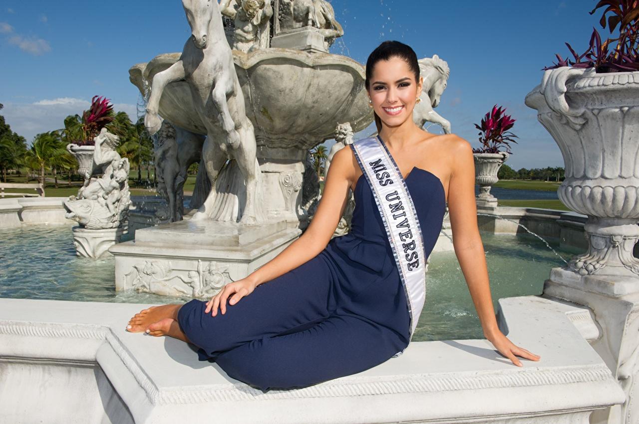 Foto Brünette Model Lächeln Paulina Vega, Colombian Hand sitzt Prominente sitzen Sitzend