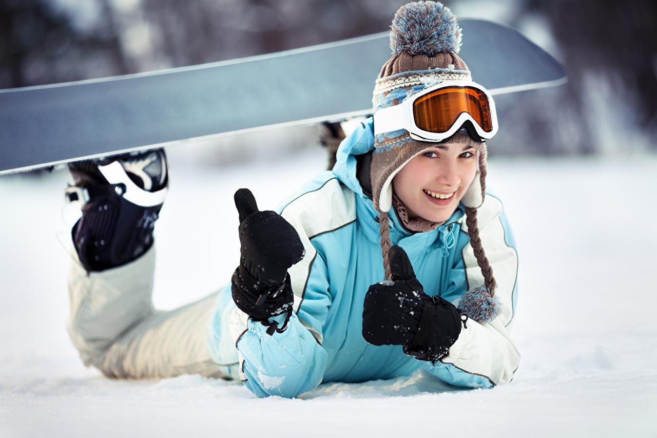 Bilder Kleine Mädchen Fausthandschuhe Lächeln Kinder Mütze Snowboard Brille