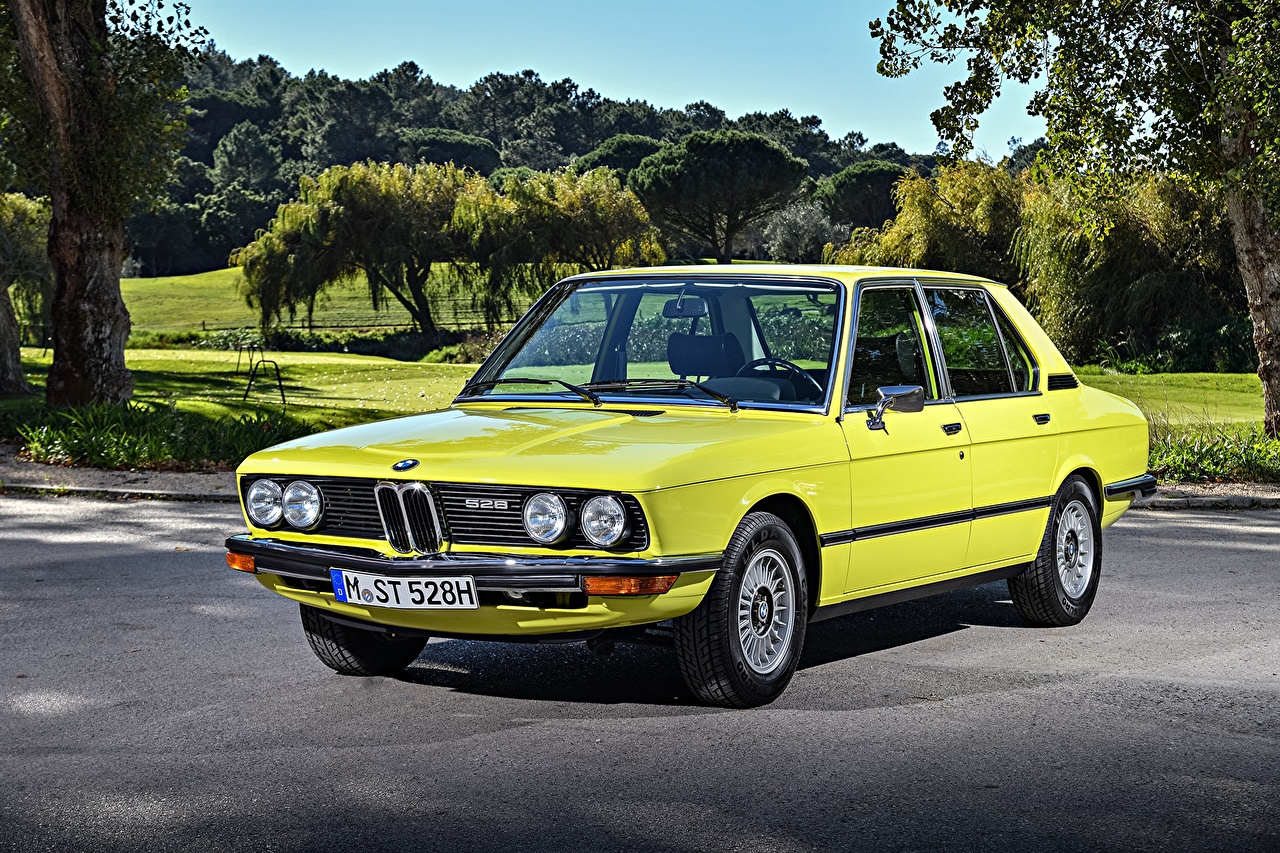 Photo BMW 1974-76 528 Automatic Sedan Worldwide Yellow vintage auto Retro antique Cars automobile