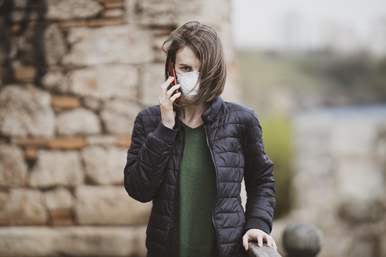 Bilder Coronavirus Brünette unscharfer Hintergrund Jacke junge Frauen Hand Maske Starren Bokeh Mädchens junge frau Masken Blick