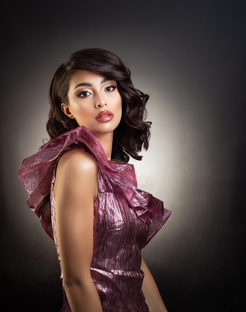 Desktop Hintergrundbilder Schminke Frisuren Mädchens Blick Kleid  für Handy Make Up Frisur junge frau junge Frauen Starren