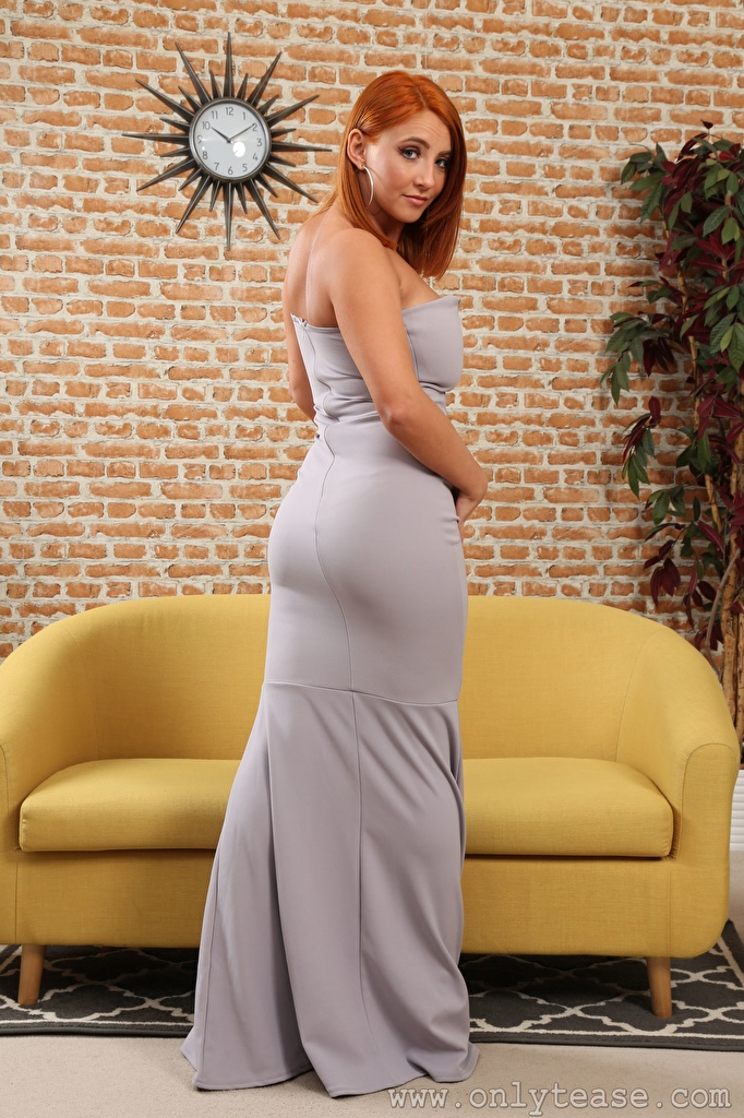 Desktop Hintergrundbilder Robyn J Rotschopf Mädchens Sofa Starren Kleid  für Handy junge frau junge Frauen Couch Blick