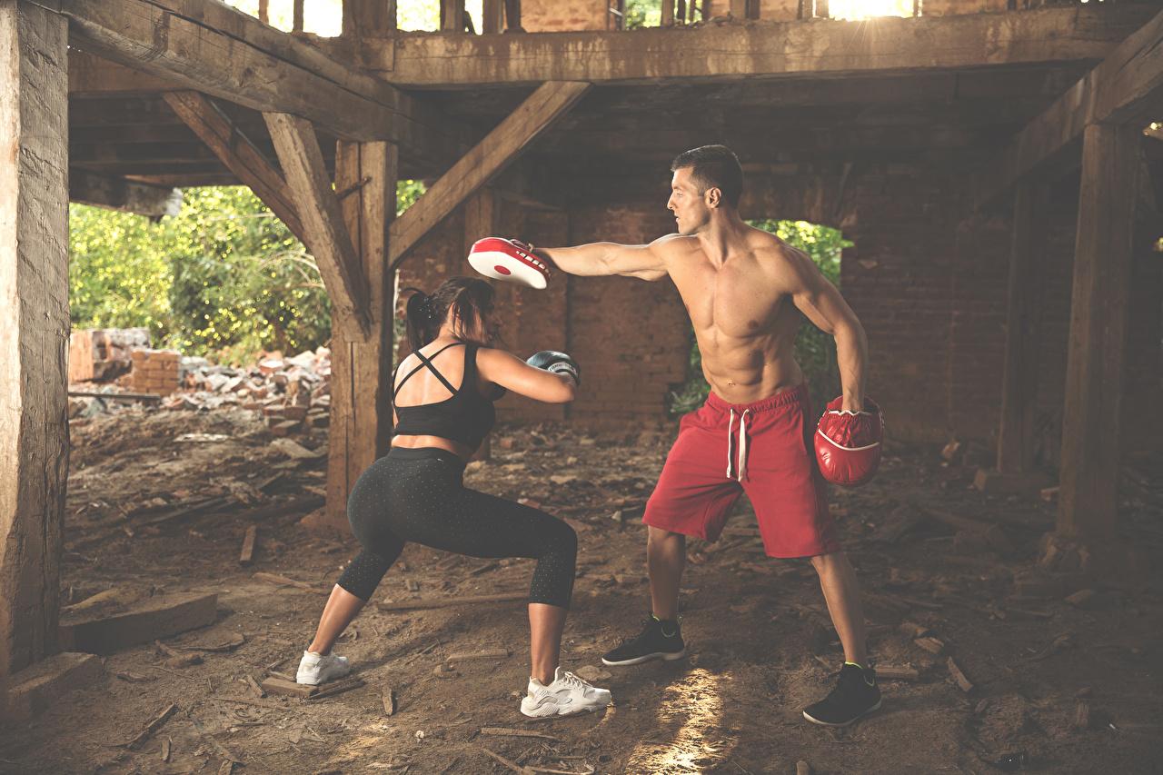 Desktop Hintergrundbilder Mann Körperliche Aktivität Trainer 2 Mädchens sportliches Boxen Hand Trainieren Zwei Sport junge frau junge Frauen