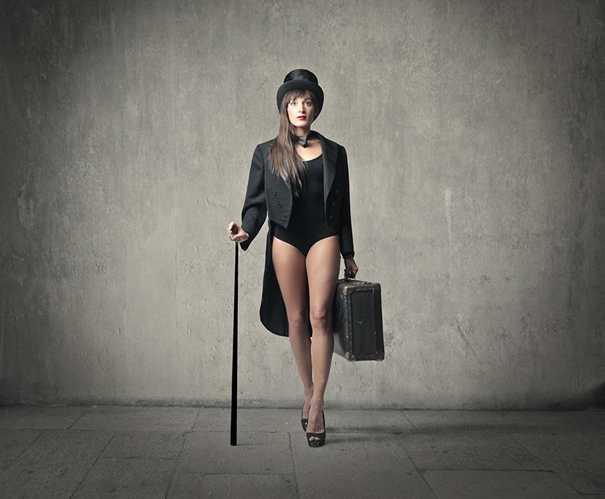 Bilder von Braunhaarige Der Hut Mädchens Bein Koffer Braune Haare