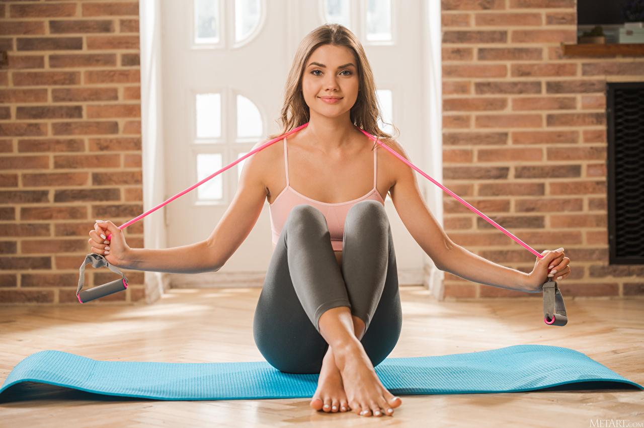 Bilder von Polina Kadynskaya, Georgia Braunhaarige Fitness junge Frauen Bein Hand sitzen Braune Haare Mädchens junge frau sitzt Sitzend
