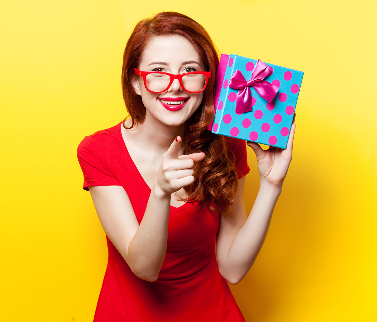 Dedos de la mano Gesto Fondo de color Pelirrojo Nia Labios rojos Gafas Regalos Contacto visual mujer joven, mujeres jóvenes, presente, lentes, anteojos Chicas
