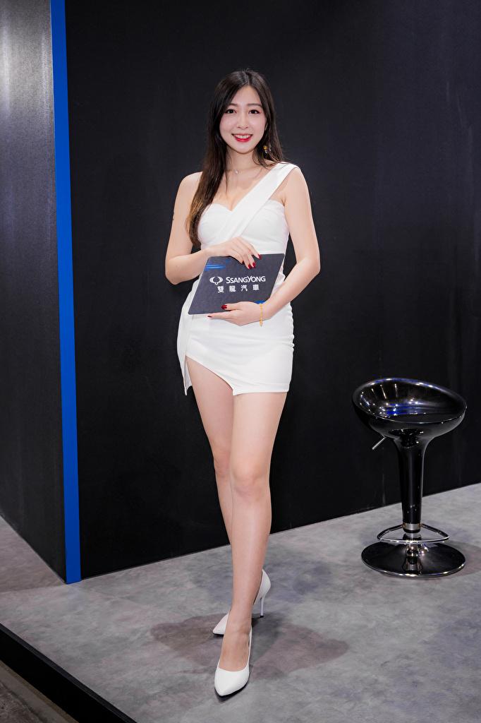 Bakgrunnsbilder til skrivebordet Smil Posere ung kvinne Ben asiatisk Kjole Kvinners hæler  til Mobilen Unge kvinner Asiater