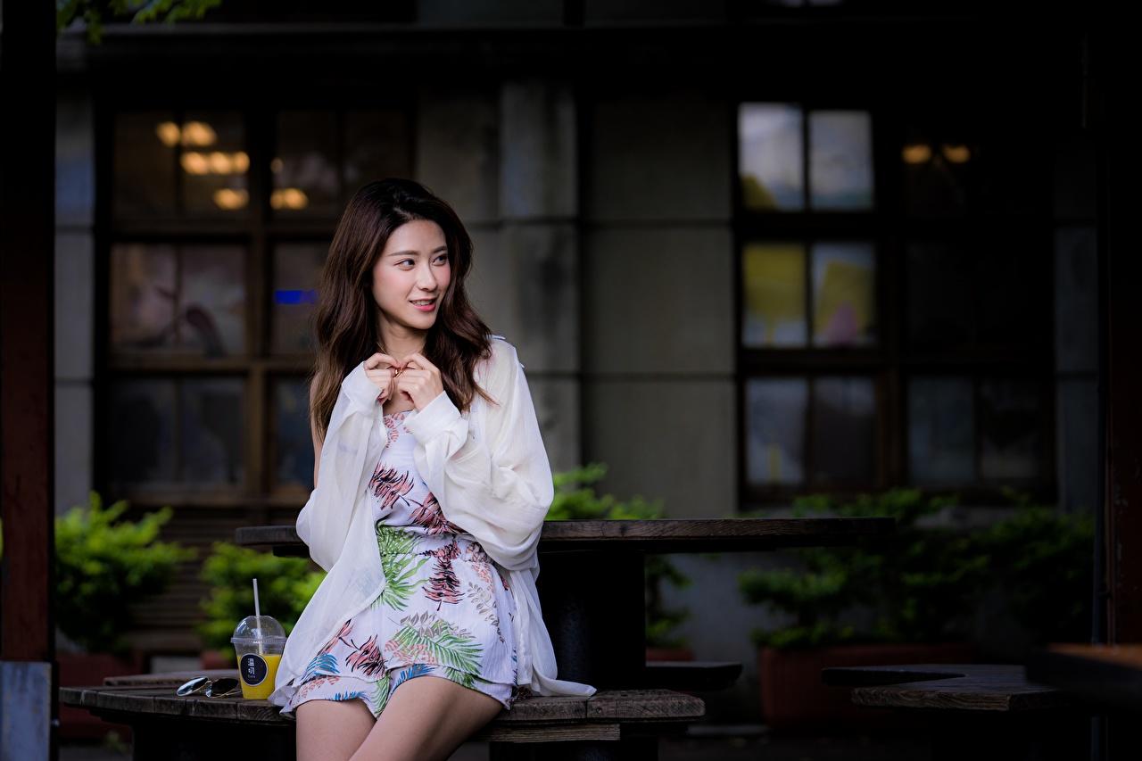 Skrivebordsbakgrunn Brunt hår kvinne Bokeh Unge kvinner Asiater Hender Sitter uklar bakgrunn ung kvinne asiatisk