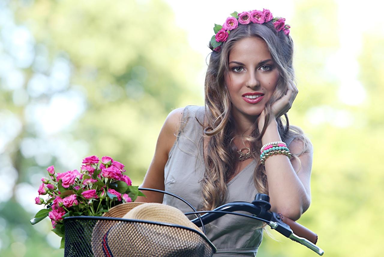 Fotos Dunkelbraun unscharfer Hintergrund Frisuren Sträuße fahrräder Haar Rosen Kranz Der Hut junge Frauen Blumen Hand Starren Bokeh Frisur Fahrrad Blumensträuße Rose Mädchens junge frau Blüte Blick