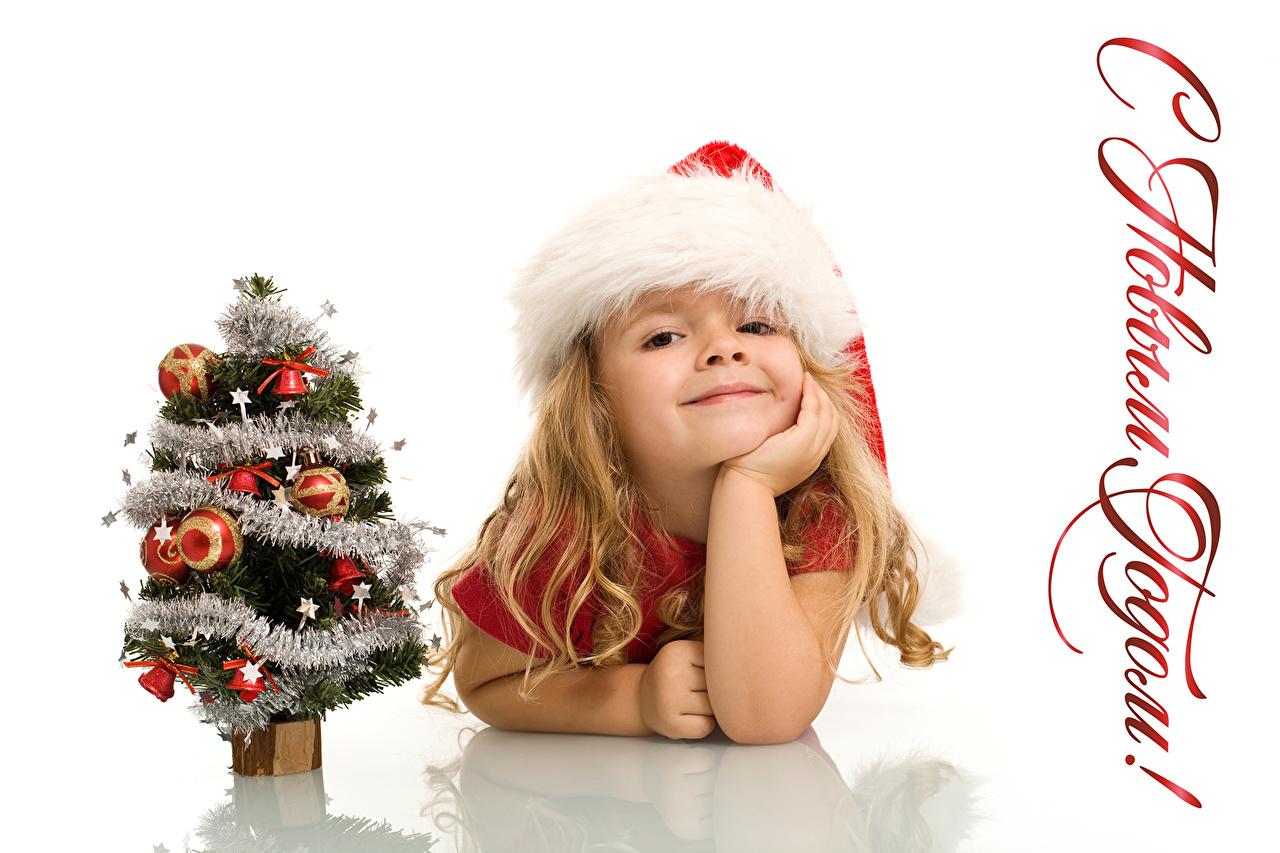 Fotos Kleine Mädchen Neujahr Lächeln russisches Kinder Mütze Tannenbaum Weißer hintergrund Russische russischer Christbaum Weihnachtsbaum