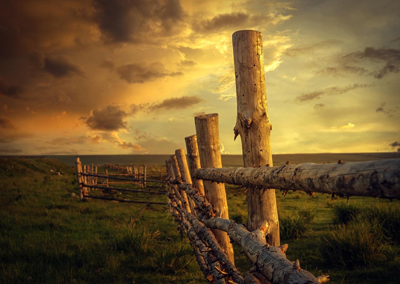 Bilder Natur Zaun Himmel Sonnenaufgänge und Sonnenuntergänge Gras aus Holz Morgendämmerung und Sonnenuntergang Hölzern