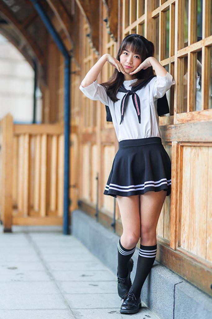 Desktop Hintergrundbilder Schulmädchen Pose Mädchens Bein Asiatische Uniform Blick  für Handy Schülerin posiert junge frau junge Frauen Asiaten asiatisches Starren