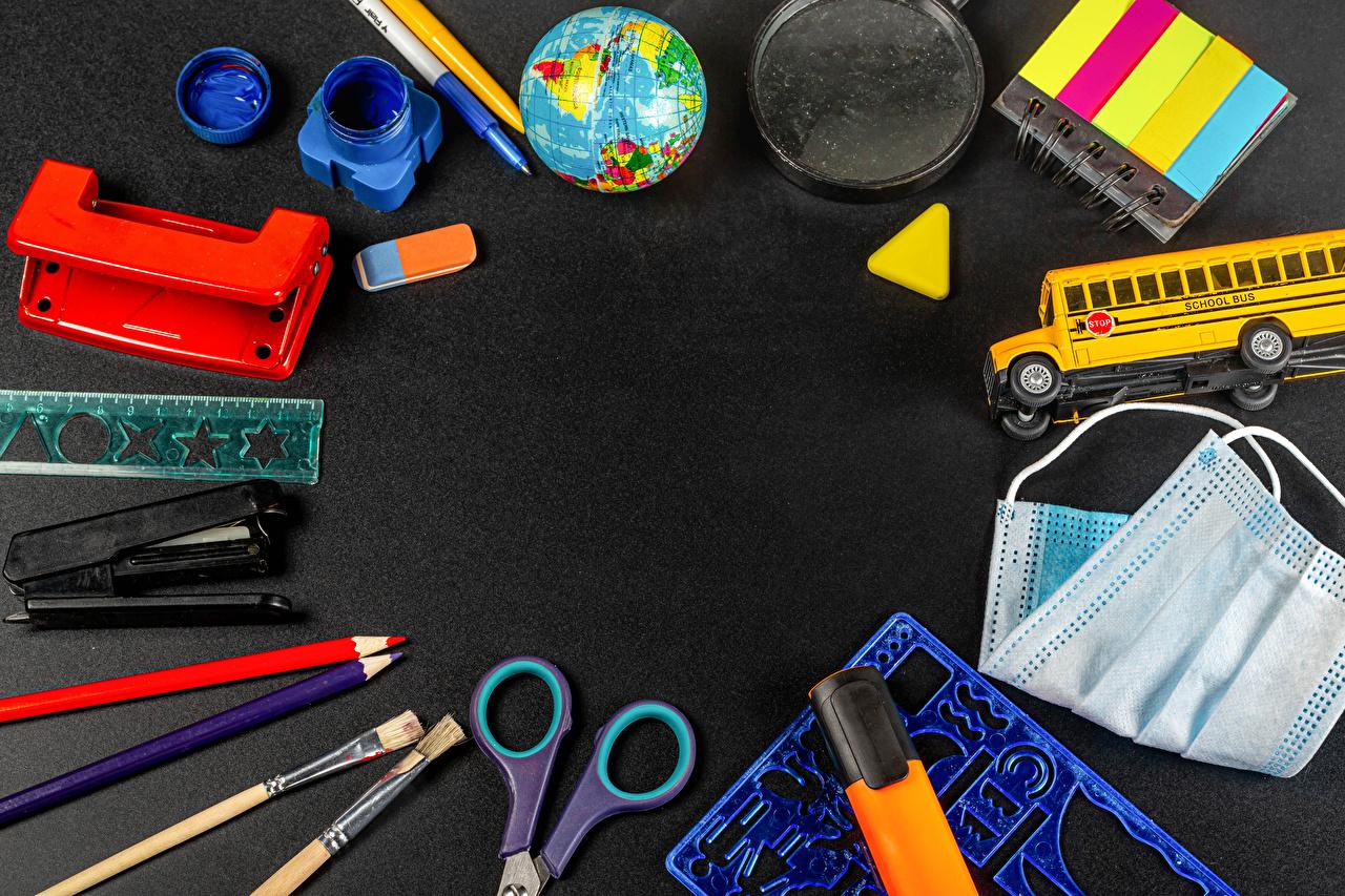 、学校、バス、玩具、仮面、冠狀病毒病、グレーの背景、鉛筆、地球儀、画筆、Coronavirus、、