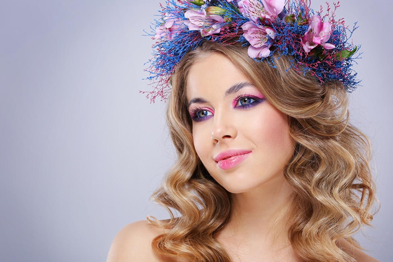 Rizado Modelo Hermoso Maquillaje Pelo Guirnalda Contacto visual Peinado mujer joven, mujeres jóvenes, rizos, modelaje, hermosos, hermosa, estilo del cabello Chicas