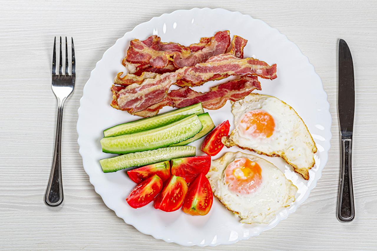 Fotos Messer Spiegelei Schinkenspeck Gurke Tomate Gabel Teller das Essen Geschnitten Speck Tomaten Essgabel geschnittene Lebensmittel geschnittenes