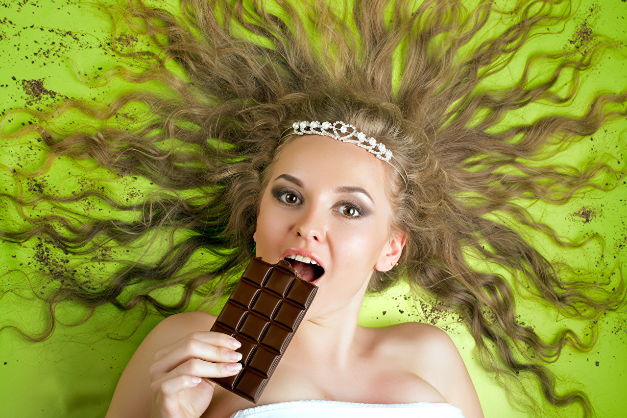Wallpapers Girls Colored background Chocolate Hair Glance Brown haired Chocolate bar Staring