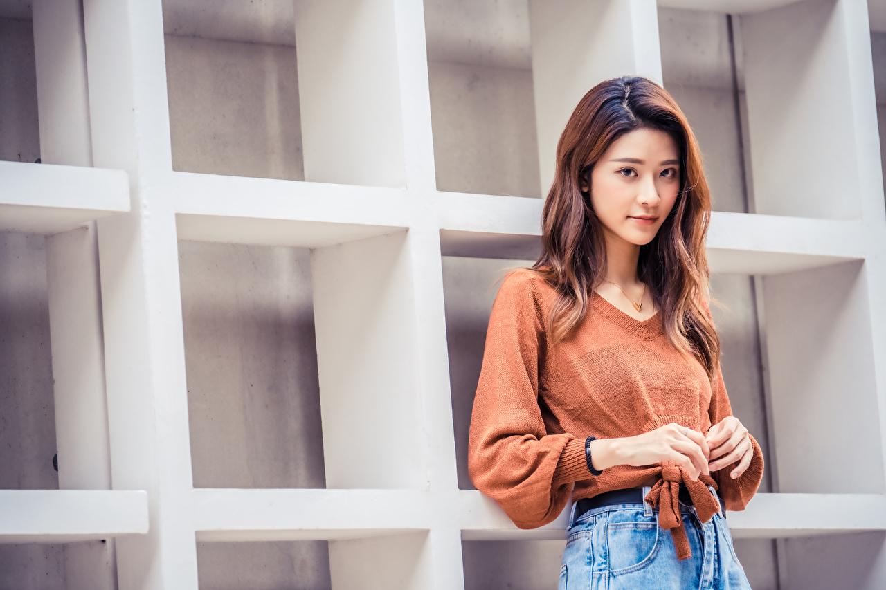 Desktop Hintergrundbilder junge frau Sweatshirt asiatisches Hand Blick Mädchens junge Frauen Asiaten Asiatische Starren