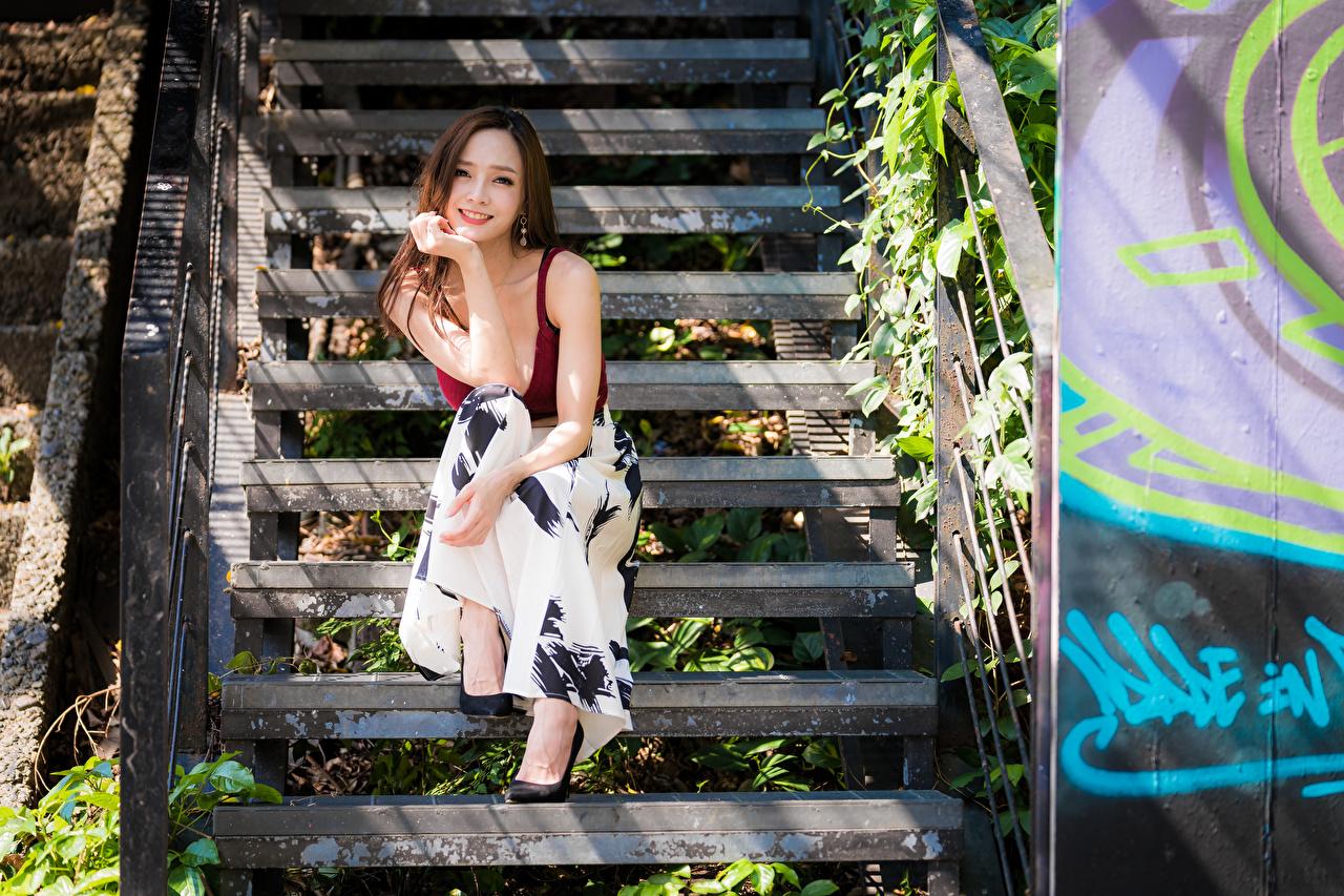 Foto Lächeln Treppen junge Frauen Asiatische Hand Sitzend Blick Treppe Stiege Mädchens junge frau Asiaten asiatisches sitzt sitzen Starren