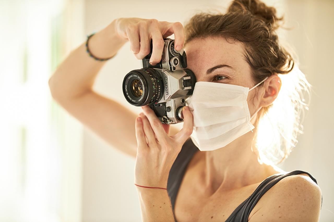Bilder Coronavirus Brunt hår kvinne Kamera Fotograf Canon Unge kvinner Masker Hender ung kvinne maske