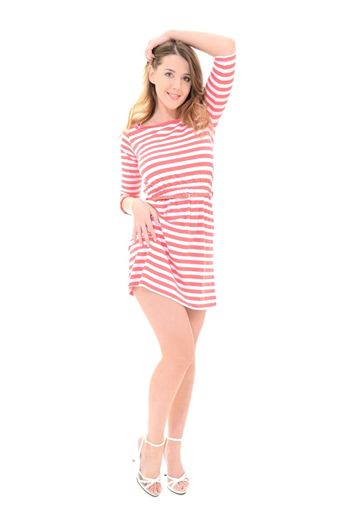 Foto Sybil A Braune Haare Lächeln Pose junge Frauen Bein Hand Weißer hintergrund Kleid Stöckelschuh  für Handy Braunhaarige posiert Mädchens junge frau High Heels