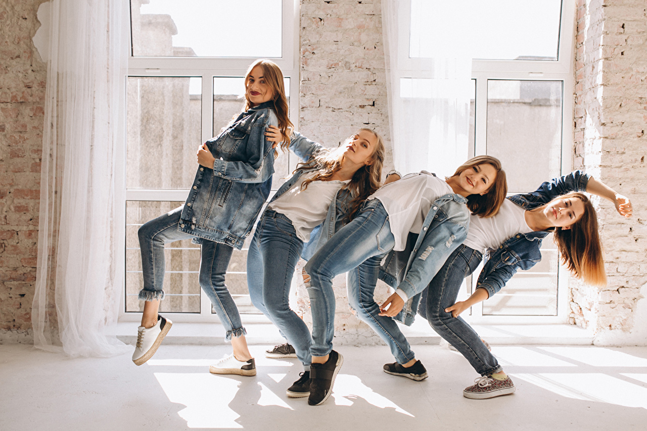 Foto Tanz Mädchens Jeans Hand Blick Tanzen junge frau junge Frauen Starren
